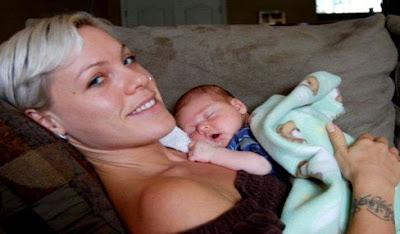 Foto de Pink recostada con su hija