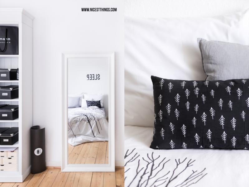 Schlafzimmer Schwarz Weiss mit Tannenbaum-Kissen