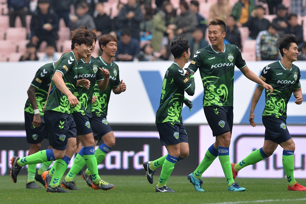 Kim Shin-wook and his Jeonbuk Hyundai Motors teammates celebrate Kim min-jae's goal against FC Seoul