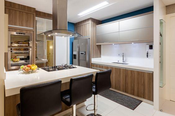 cozinha-contemporanea-madeirada-com-bancada-branca