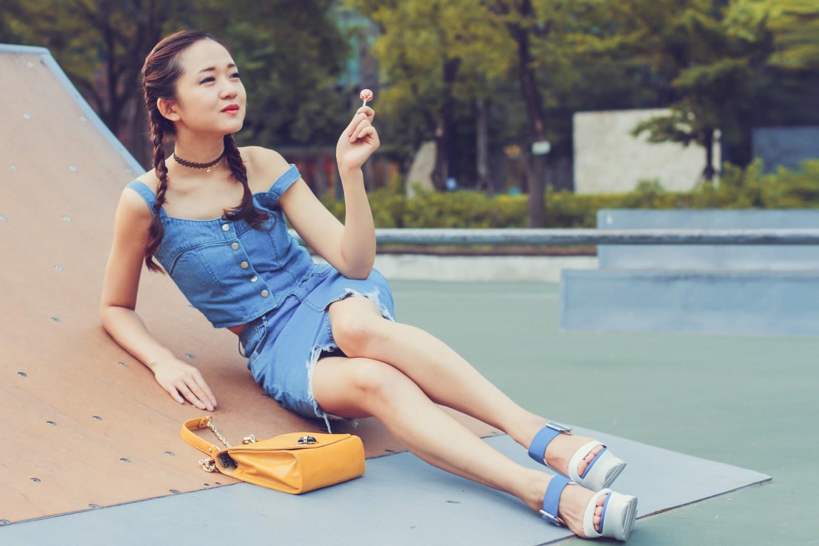 модная одежда, korean fashion, основы корейской моды, корейская мода, корейские бренды, кроп-топ, короткий топ, джинсовый топ, рваная юбка, сабо, корейская обувь, желтая сумка, девочки как девочки, чупа-чупс, чокеры, чокер, косички