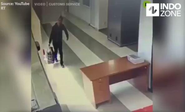 Petugas Bandara Terkejut, Seorang Turis Asal Rusia Masuk Kedalam Mesin Xray
