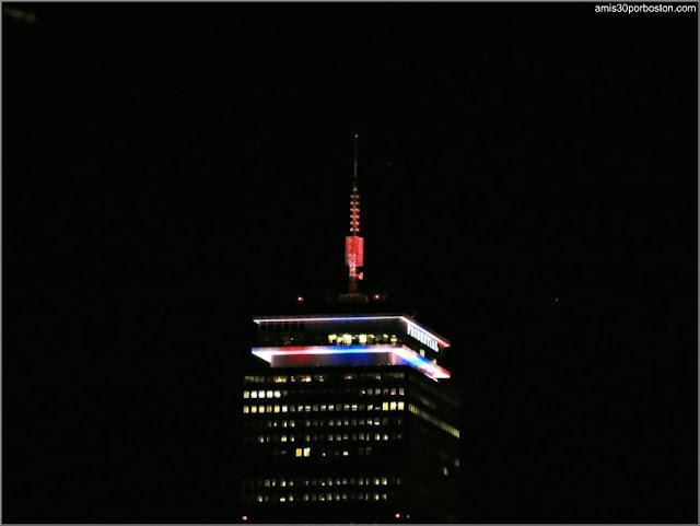 Edificio Prudential Iluminado con los Colores de la Bandera de Estados Unidos por el 4 de Julio del 2017