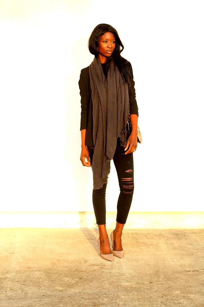 Blazer noir jeans dechire escarpins nude sac besace chloe like
