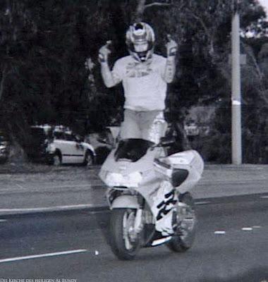 Motorradfahrer fährt lustig in Radarfalle mit Stinkefinger