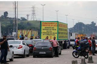 Governo anuncia acordo com caminhoneiros e protestos devem parar por 15 dias