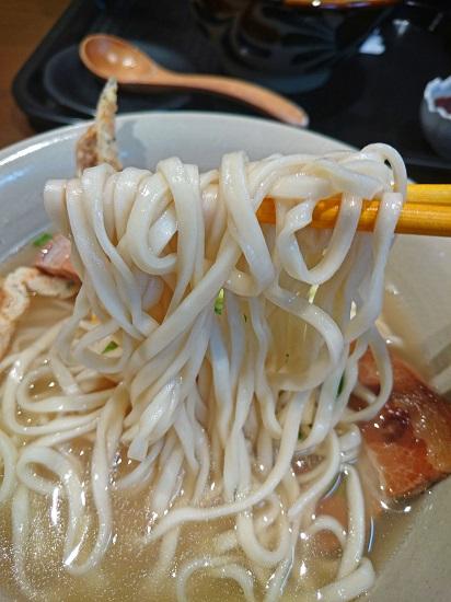 古島そばの麺の写真