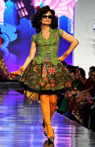 Tampil Cantik dengan Kebaya Rok Pendek Motif Batik Terbaru