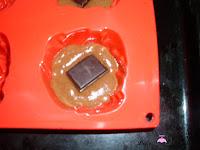 Poniendo trozo de chocolate