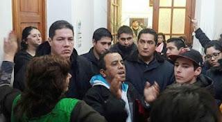 Luego de obtener el respaldo del Concejo Deliberante local, los empleados le reclamaron al intendente José Zara la reinstalación en sus puestos de trabajo.