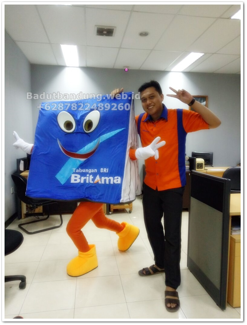 foto maskot badut britama bersama karyawan bank bri