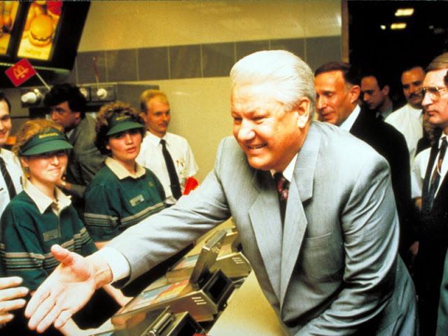 https://2.bp.blogspot.com/-5dLsirq0uWo/WX2MuDpF-RI/AAAAAAACwqU/dd-fq0Ds_hg3AKEWtCfWI3XzlVmt3FSHQCLcBGAs/s640/first-mcdonalds-in-soviet-union-1990-14.jpg
