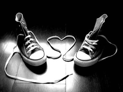 Tình yêu như đôi dép, thiếu một dép cũng chẳng thành đôi...