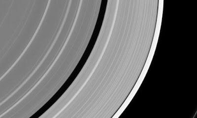Μυστηριώδες αντικείμενο «έσπασε» ένα από τα δαχτυλίδια του Κρόνου