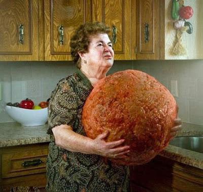 Lustige Oma beim kochen - lachbilder Hackbällchen