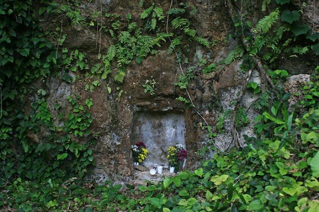 平田子之墓の隣にあった古墓の写真