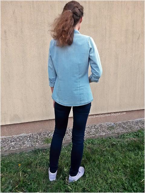 Jeansowa koszula i spodnie, fioletowe tenisówki