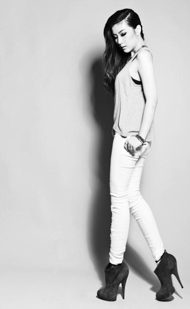 Lihat foto cantik cewek igo cantik dengan celana jeans terbuka