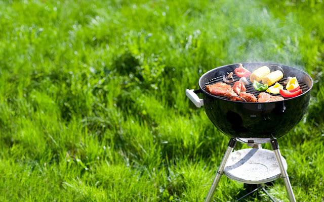 Foto lekker barbecuen in de tuin