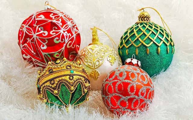 Rode, groene en zilveren kerstballen met goud