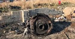 Εικόνες με το Boeing να φλέγεται στον ουρανό του Ιράν όσο και τα συντρίμμια της πτήσης δείχνουν «κατάρριψη» σύμφωνα με τους ειδικούς. Τις αμ...