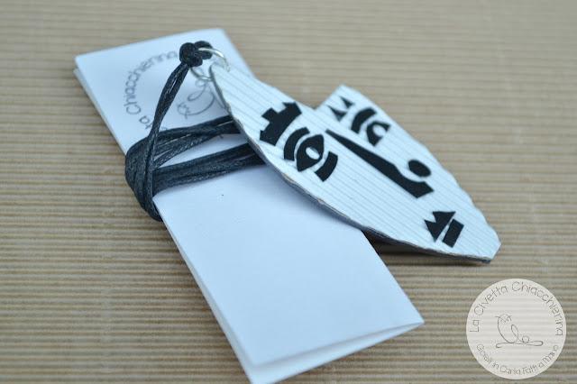Ciondolo in cartone ondulato realizzato a mano 008
