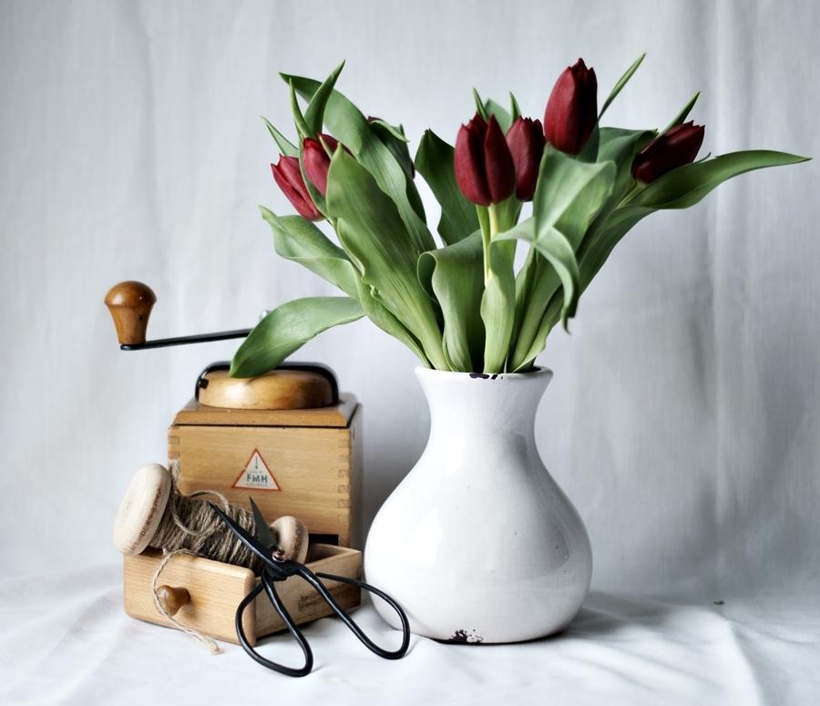 Blog + Fotografie by it's me! - Wohnen - alte Schere, Kaffeemühle und rote Tulpen auf weißem Tuch
