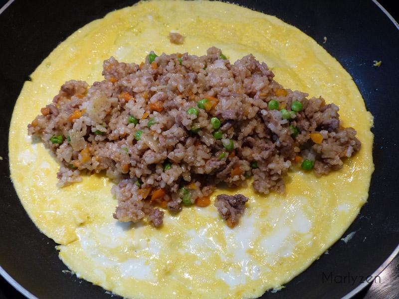Faites une omelette et déposez le riz frit au centre.