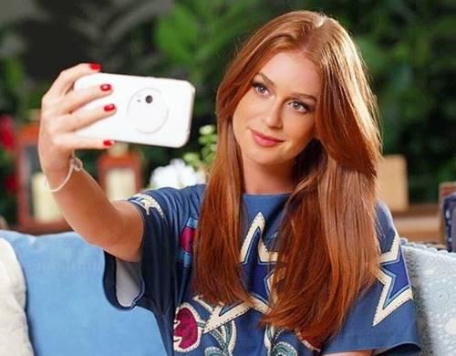Marina Ruy Barbosa tirando uma selfie