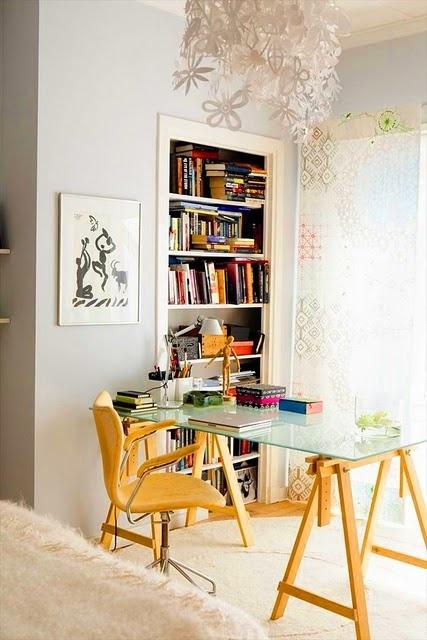 mesa com tampo de vidro e pés em cavalete de madeira clara