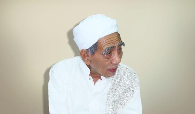 KH Maimoen Zubair Selalu ikuti Informasi Terkini
