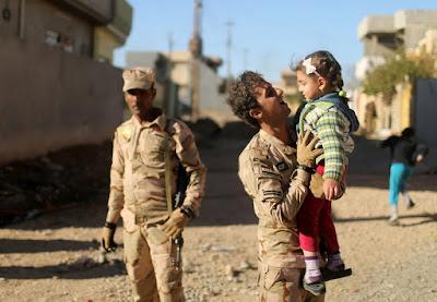 الجيش العراقي يعثر على طفلة شيشانية لعائلة داعشية  في الموصل و نقلها للمستشفى