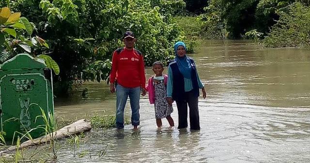 Camat Malbar Terhalang Banjir di Landong Dou, Warga Setempat Butuh Bantuan