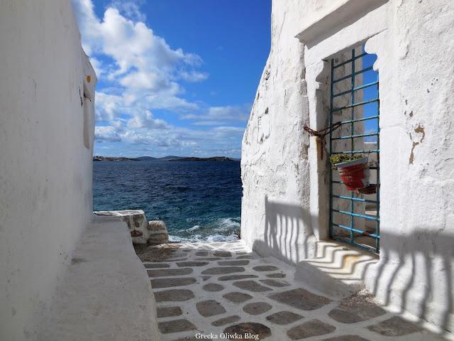 Cykladyczna architektura Mykonos na tle błękitnego Egejskiego Morza Grecja