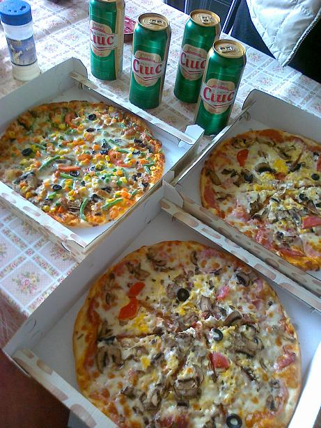 sarbatorim cu pizza si bere