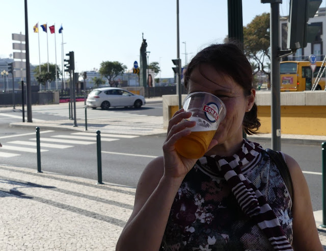 Barbara mit Erfrischung in Funchal, Madeira; Coral Beer