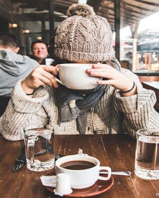 pose tomando cafe sin mostrar rostro