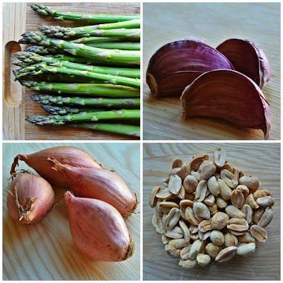 Smażone szparagi z szalotką, imbirem i orzeszkami ziemnymi - składniki