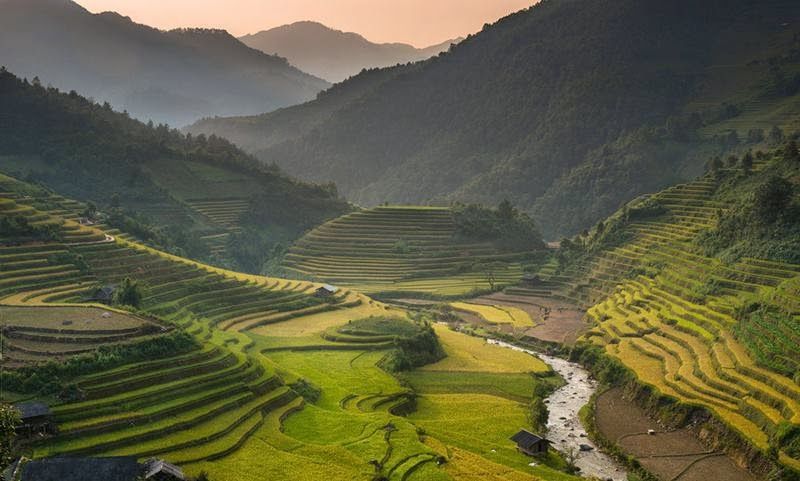 Mu Cang Chai is a western district of the Yen Bai province in Northern Vietnam. Mu Cang Chai is famous for its terraced fields. The terraced fields here are mostly located in three towns: La Pan Tan, Che Cu Nha and Ze Xu Phinh.