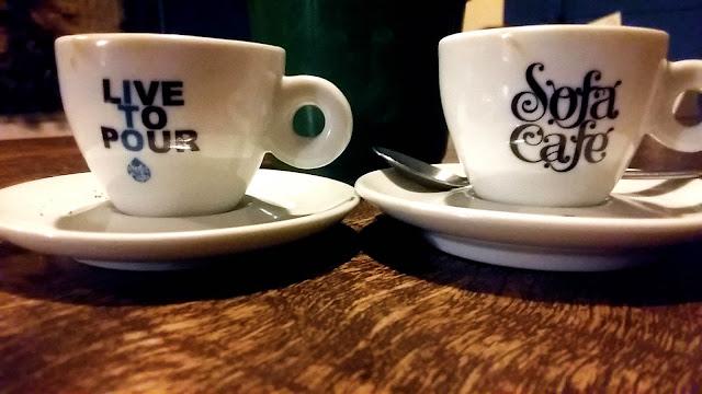 Xícaras de espresso na cafeteria Sofá Café