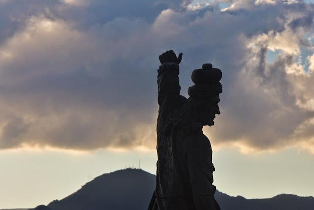 Pôr do Sol em Congonhas do Campo com os profetas de Aleijadinho. No detalhe, Profeta Habacuc.
