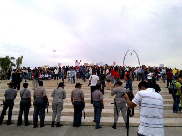 Portesta en contra de la reforma crece en la Plaza de la Bandera