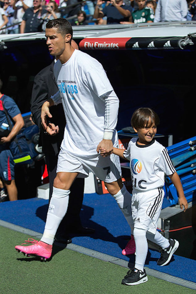 Cristiano Ronaldo invited a Syrian boy at a football match