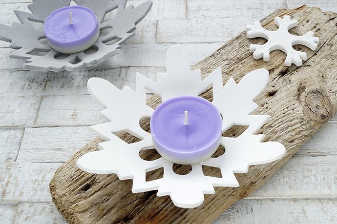 Weiße und graue Schneekristallstern Schale als Kerzenhalter