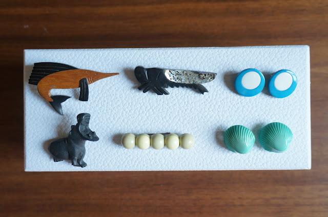 broches et boucles d'oreilles années 60 70 , espadon, hippopotame, sauterelle , coquillage ...  swordfish, grasshopper , hippopotamus, shell earings and brooches vintage 60s 70s 1960s 1970s