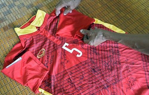 Chiếc áo này có đầy đủ chữ ký của các cầu thủ U20 Việt Nam.