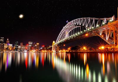 Puente y el oceano de noche