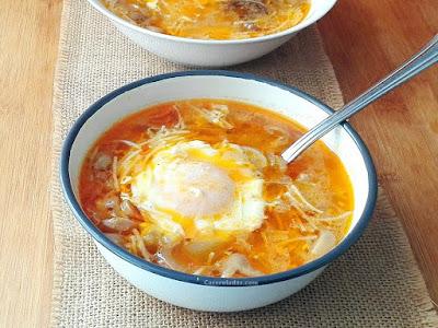 sopa de fideos rápida de champiñón y huevo escalfado