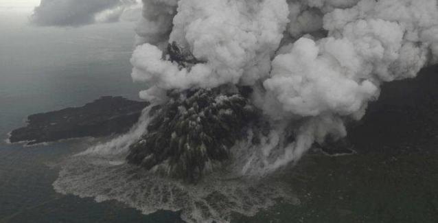 Κομμάτι που αποκολλήθηκε από το ηφαίστειο στην Ινδονησία προκάλεσε το φονικό τσουνάμι