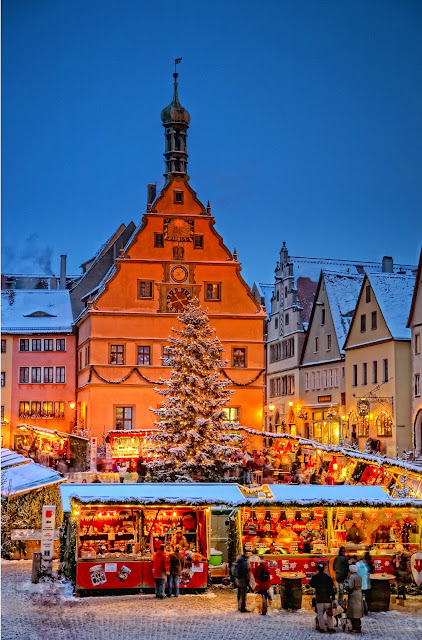 Rothenburg Christkindtmarkt is home to the 'schneeball,' a German confection made of fried dough and covered in sugar. Photo: Bayern Tourism. Unauthorized use is prohibited.